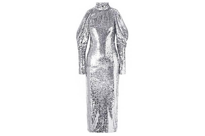 18ed3b021ca0 Ένα μακρύ φόρεμα με παγιέτες σε ασημί-γκρι απόχρωση θα κλέψει την παράσταση  και θα σας κάνει αυτόματα την