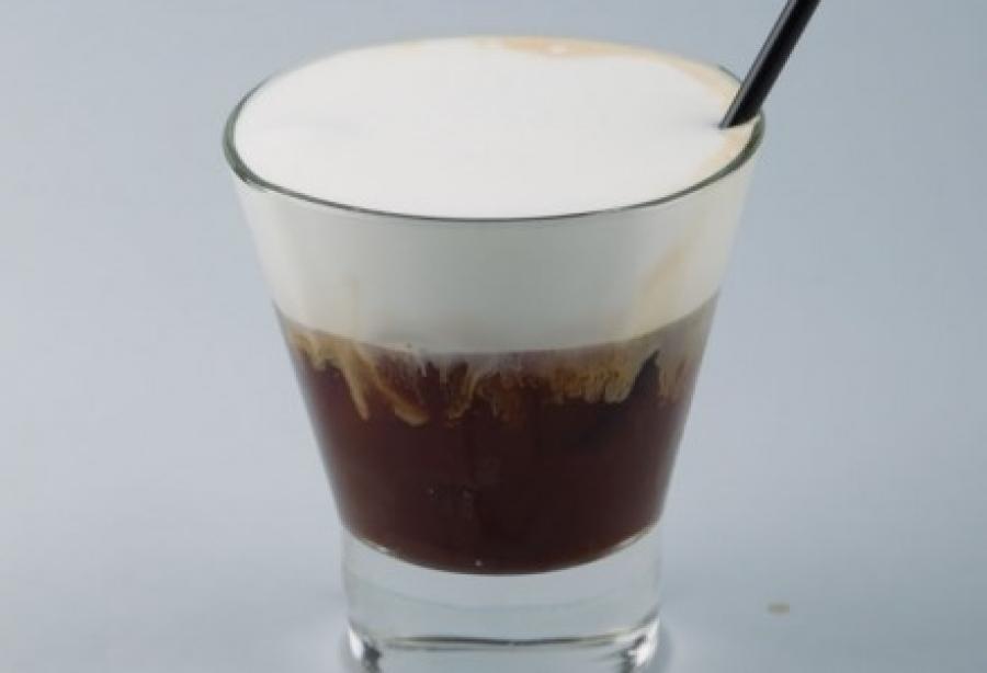 Γάλα στον καφέ: υπάρχουν σοβαροί λόγοι που πρέπει να το αποφεύγετε