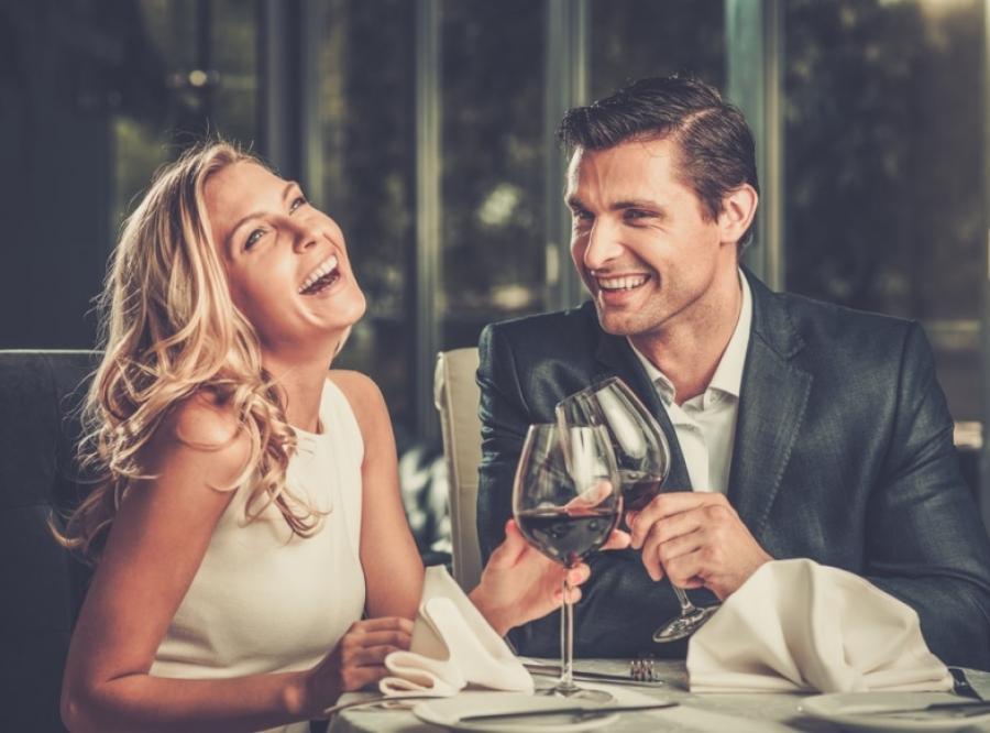 Πώς να πω αν ενδιαφέρεται να βγει ραντεβού μαζί σου
